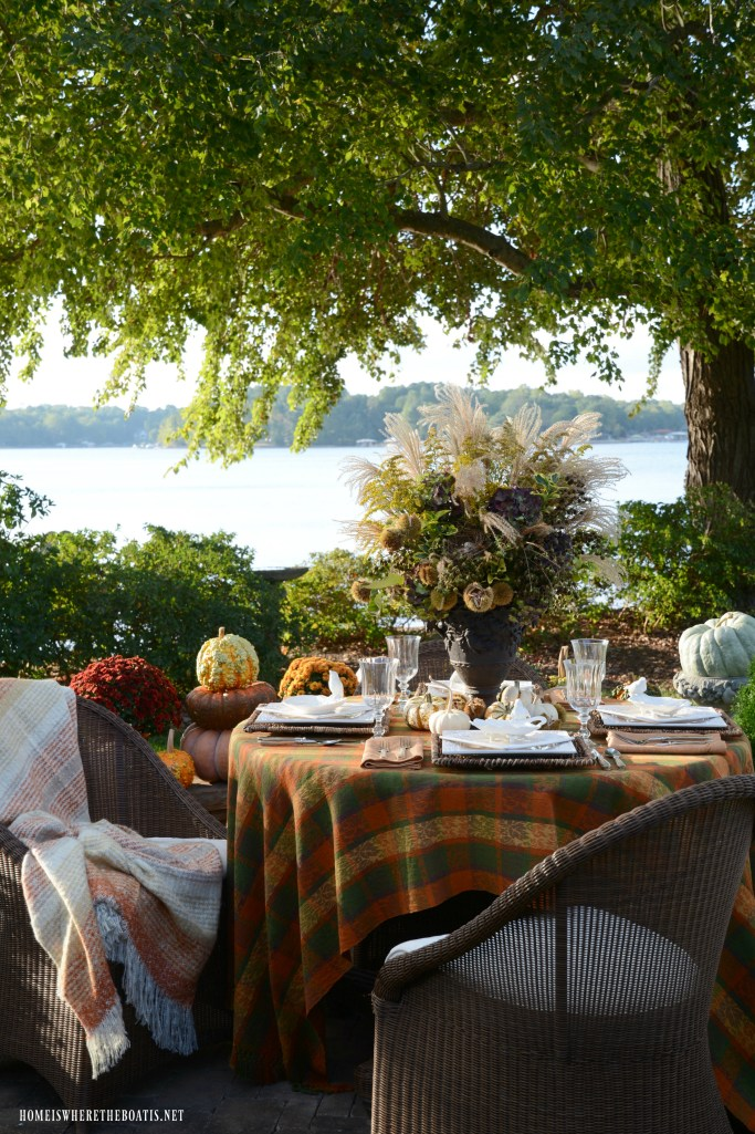 Delicious Autumn Lakeside Table | ©homeiswheretheboatis.net #fall #tablescapes #lake #alfresco