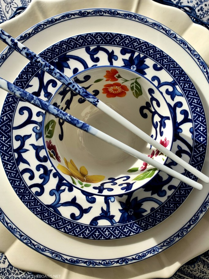 Blue and white table with Ralph Lauren Mandarin Blue dinnerware | ©homeiswheretheboatis.net #tablescapes #chinesenewyear #blueandwhite