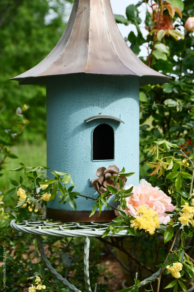 Birdhouse with garden flowers | ©homeiswheretheboatis.net #garden #flowers #birdhouse
