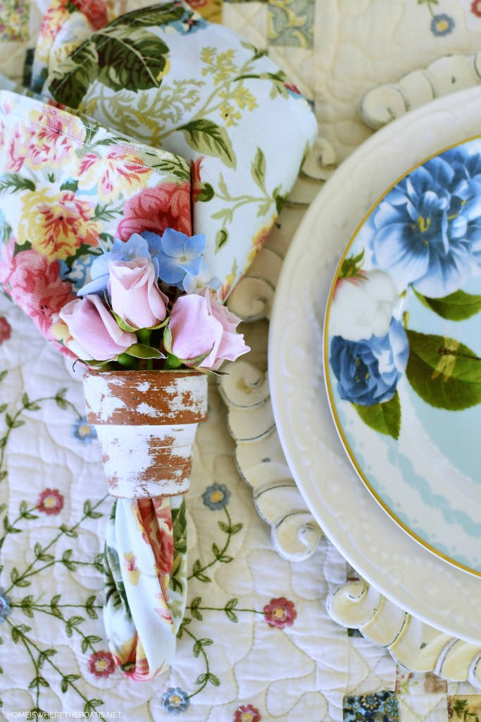 Pot napkin ring with flowers | ©homeiswheretheboatis.net #spring #alfresco #tablescapes