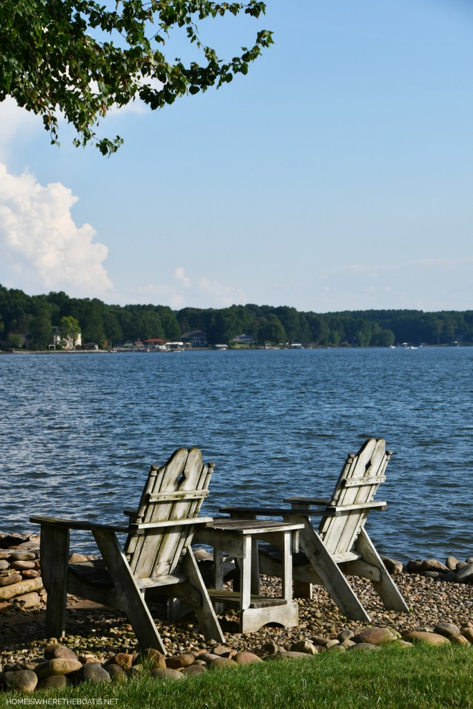 Chairs by lake | ©homeiswheretheboatis.net #LKN