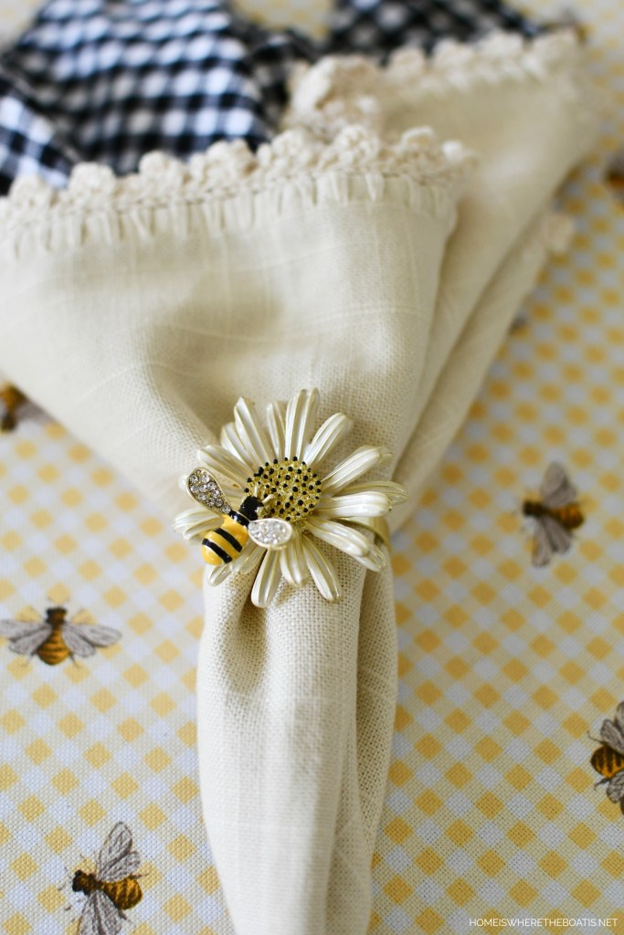 Bee and Daisy Napkin Ring and Tablescape | ©homeiswheretheboatis.net #tablescapes #summer #bees