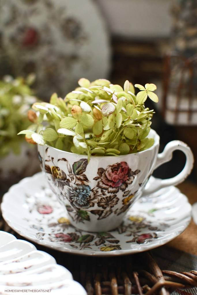 Staffordshire Bouquet and hydrangeas | ©homeiswheretheboatis.net #tablescapes #fall #transferware