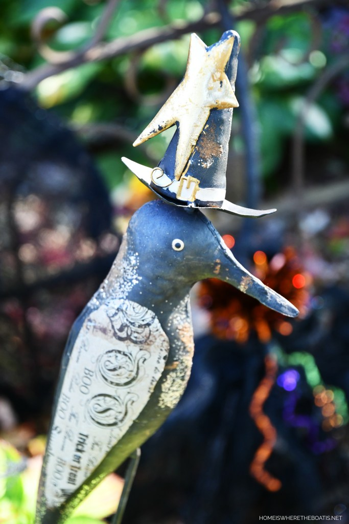 Crow stake with witch hat | ©homeiswheretheboatis.net #DIY #halloween