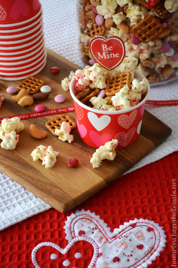Cupid's Mix Popcorn, a sweet & salty treat for Valentine's Day | ©homeiswheretheboatis.net #valentinesday #nobake #recipes #popcorn