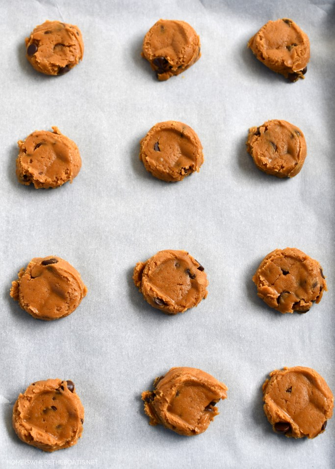 Flourless Peanut Butter Chocolate Chip Cookies! An easy one bowl, no mixer recipe! | ©homeiswheretheboatis.net #cookies #recipes #easy #glutenfree