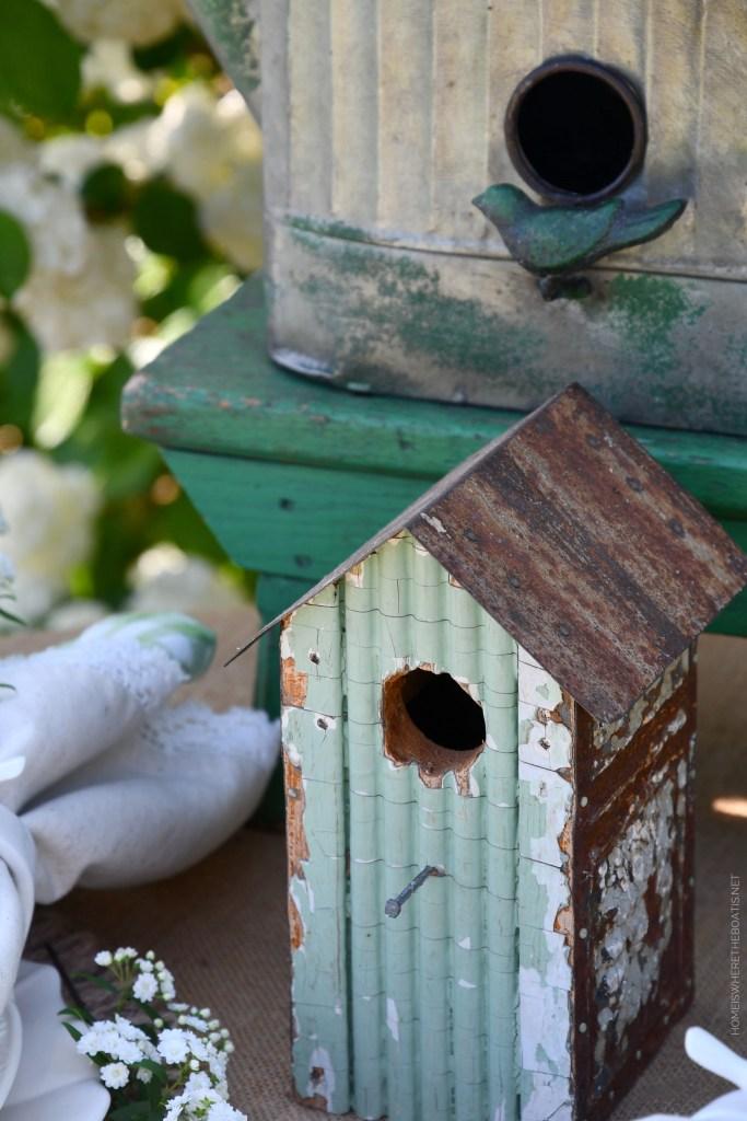 Garden spring table with birds | ©homeiswheretheboatis.net #spring #flowers #garden #tablescape #alfresco