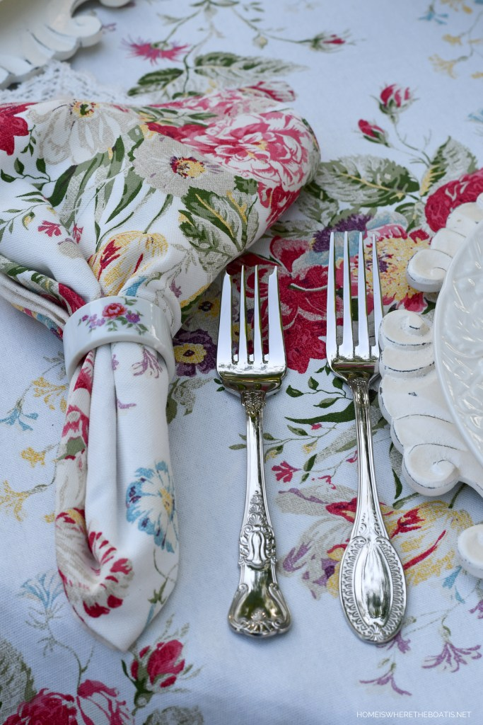 Wallace Hotel flatware | ©homeiswheretheboatis.net #spring #flowers #tablescape #alfresco