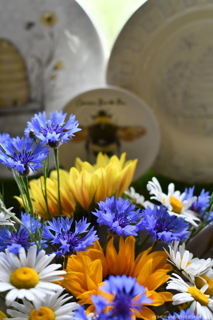 Did you know that bees prefer bright blue and violet colored flowers as well as bright white and yellow? | ©homeiswheretheboatis.net #bees #tablescapes
