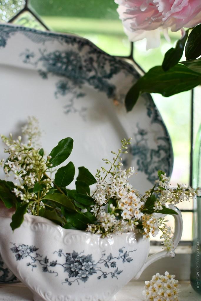 Blue and white transferware sauce boat withprivet | ©homeiswheretheboatis.net #flowers