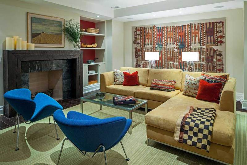 small living room with table lamps
