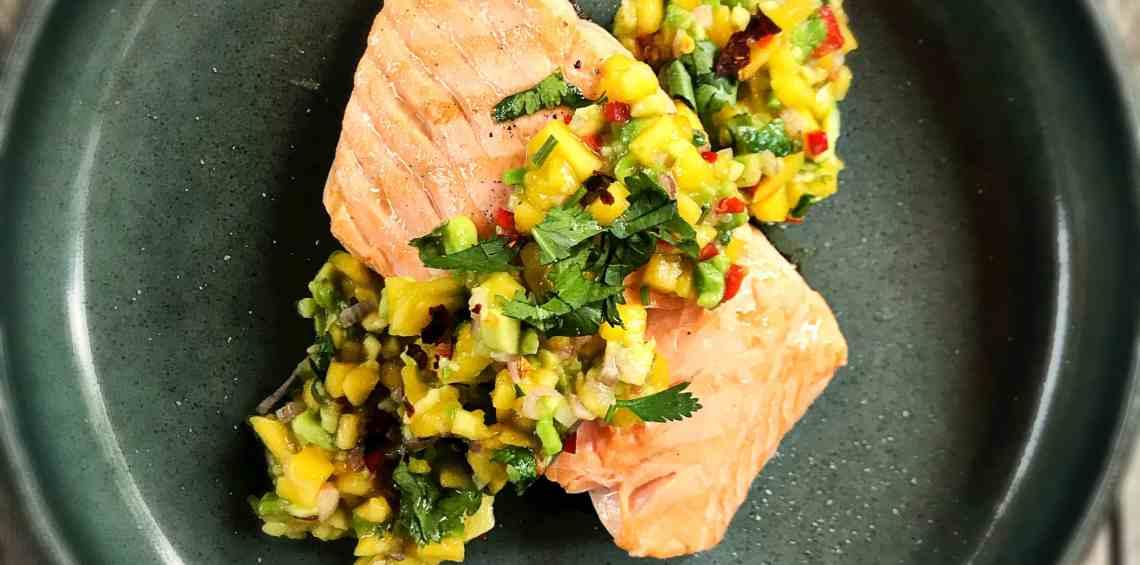 Gegrillter Lachs mit Avocado-Mango-Salsa