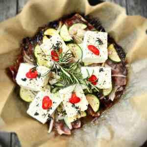 Grillpfanne mit Schafskäse-Zucchini und Speck