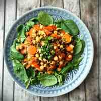 Karottensalat mit Kichererbsen und Datteln