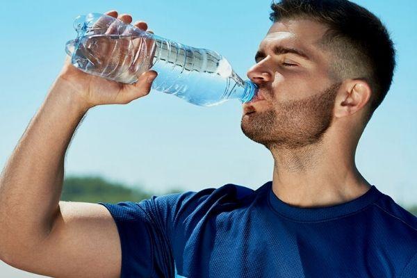 Verdades e mentiras sobre sucos, chás e álcool - A água é a melhor bebida para o corpo