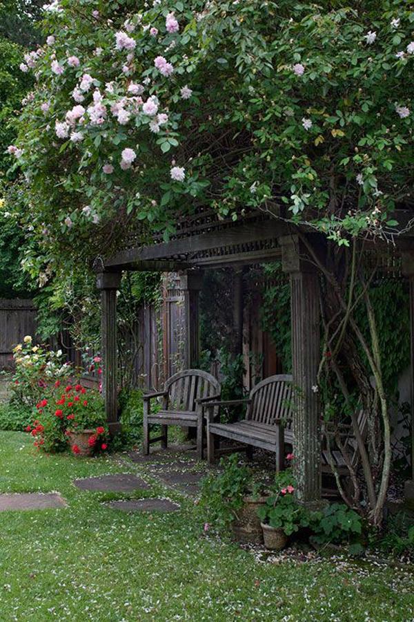 20 Outdoor Reading Nooks With The Secret Garden | HomeMydesign on Backyard Nook Ideas id=77684