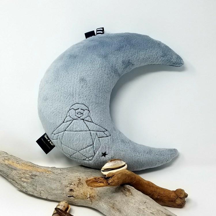 Coussin lune gris brodé pingouin