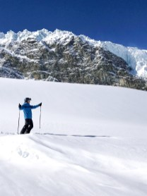 Skifahren vor imposanter Bergkulisse