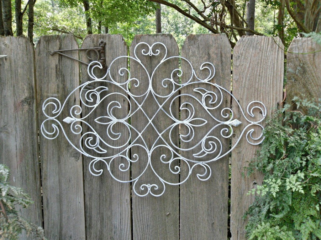 Adorable Various Design of Outdoor Fence Decoration ... on Backyard Wooden Fence Decorating Ideas id=99290