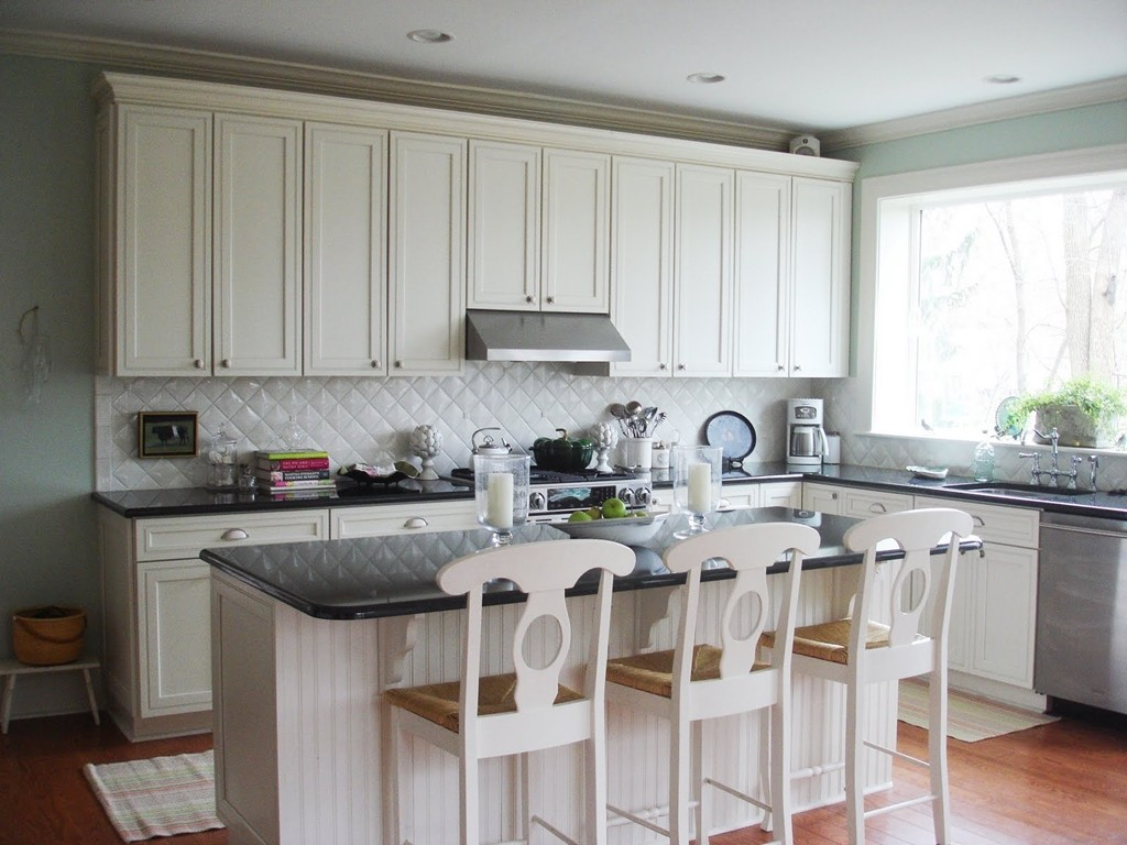 White Kitchen Backsplash Ideas - HomesFeed on Kitchen Backsplash With Black Countertop  id=65854