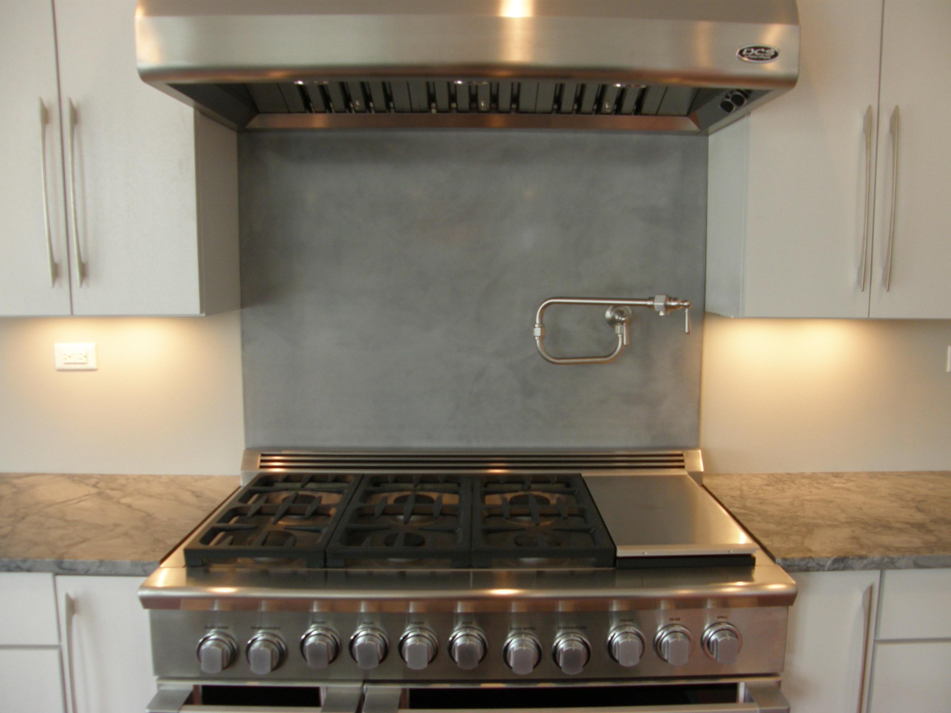 Concrete Backsplash Ideas for Kitchens - HomesFeed on Modern Backsplash For Dark Countertops  id=14214