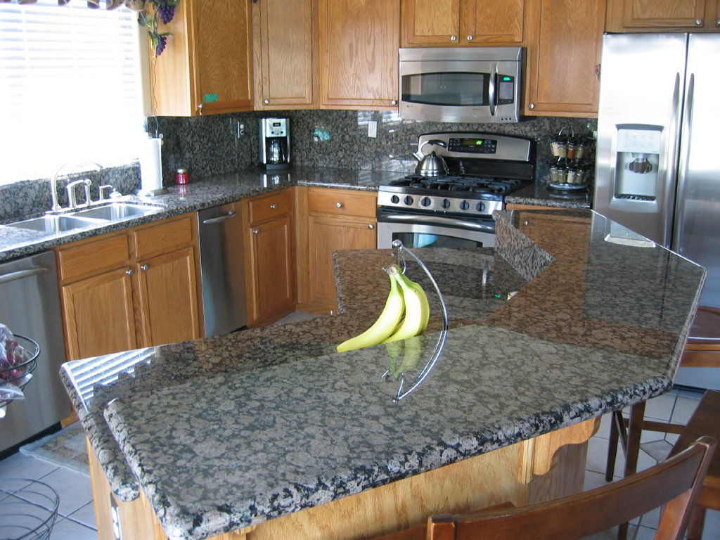Gorgeous Inspiring Images of Granite Countertops - HomesFeed on Black Granite Countertops With Brown Cabinets  id=87917