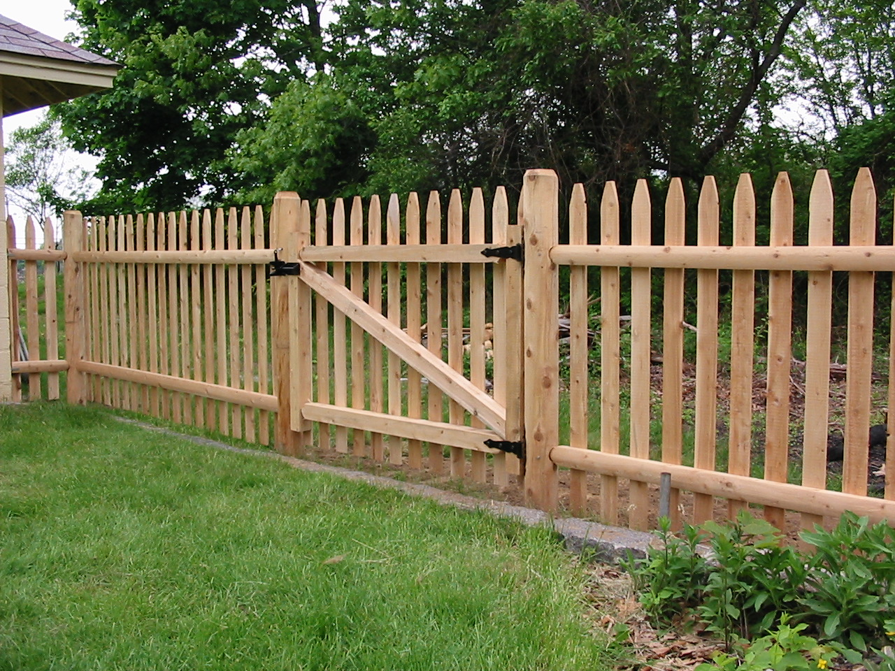 Backyard Fencing Ideas - HomesFeed on Backyard Wooden Fence Decorating Ideas  id=24845