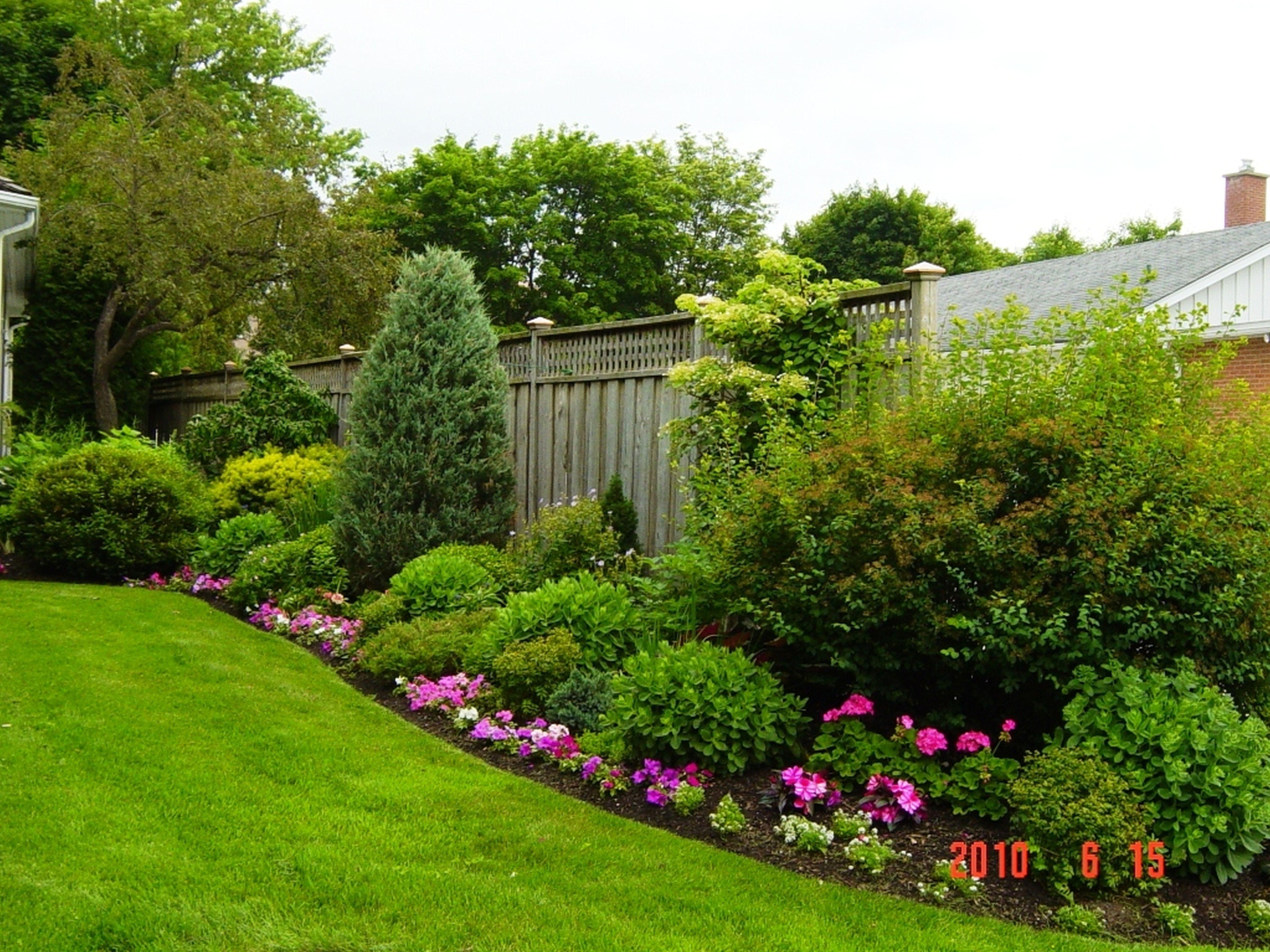 Backyard Fencing Ideas - HomesFeed on Backyard Wooden Fence Decorating Ideas  id=34641