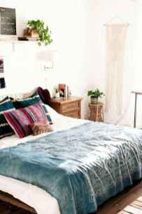 Beautiful and elegance chic bohemian bedroom decor ideas (69)