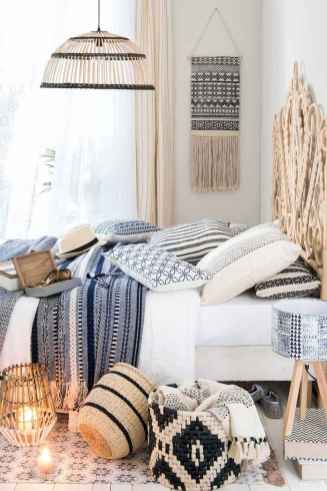 Beautiful and elegance chic bohemian bedroom decor ideas (76)