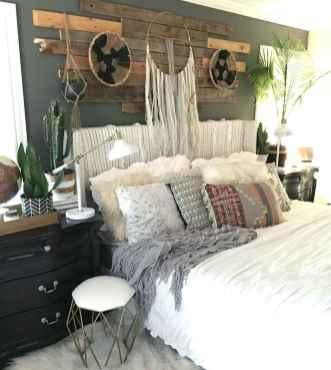 Warm and cozy bohemian master bedroom decor ideas (43)