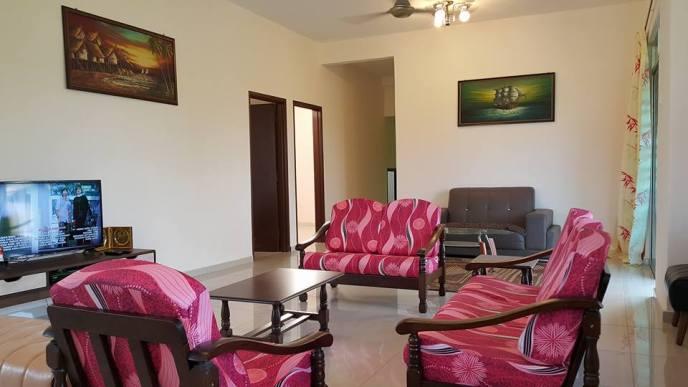 HOMESTAY MELAKA MASAM2MANIS Ruang tamu dengan 2 set sofa dan TV LED (ASTRO)