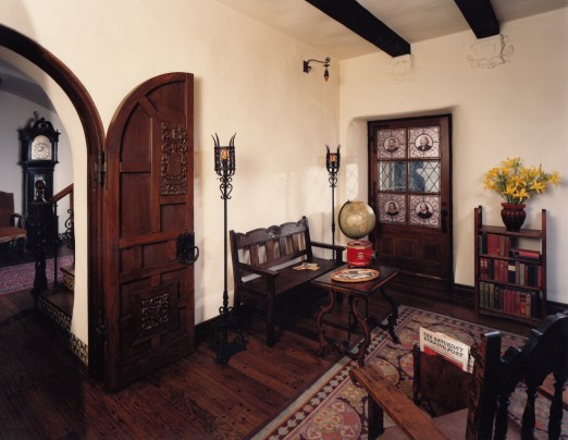 La Casa Nueva's Library
