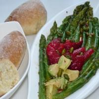 Farbenfroher Spargelsalat mit den fluffigsten Baguettebrötchen, die ich je gegessen habe!