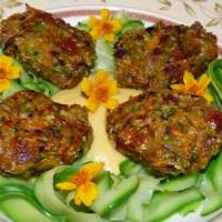 Es lebe die Zucchini! Vegane Köfte mit Zoodles und Bohnen-Mac-Cheese-Sauce