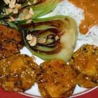 Möhren-Falafel - pikant aus dem Backofen - mit Pak Choi und Erdnuss-Sauce