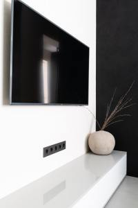 Clean-Look-With-Wall-Mounted-Tv