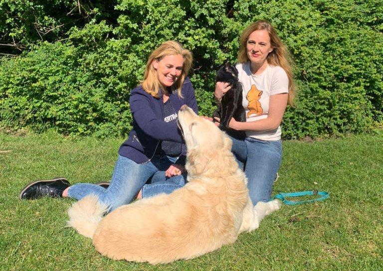 Dierenartsen Heleen en Delphine met de HomeVet-hond in een park