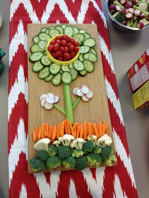 Healthy and pretty veggie tray for parties! Add hummus or your fav dress  and DONE :) | appetizer | Food, Veggie platters, Food trays