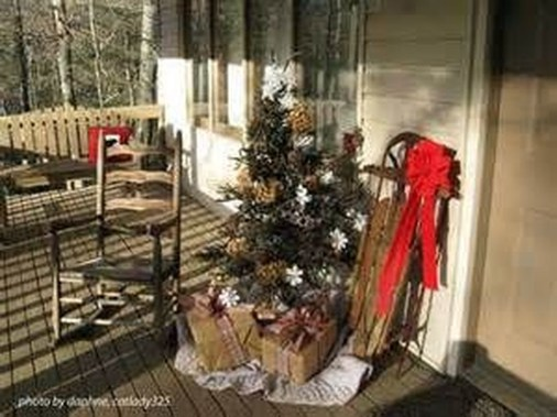 Amazing Outdoor Christmas Ideas For Porch Décor15