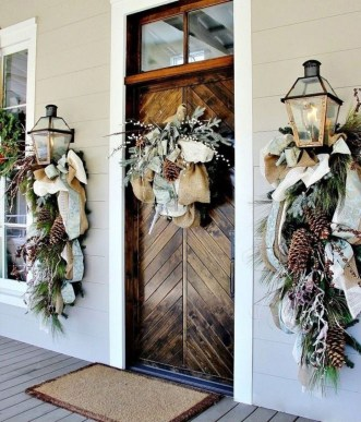 Brilliant Christmas Front Door Decor Ideas15