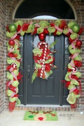 Brilliant Christmas Front Door Decor Ideas21