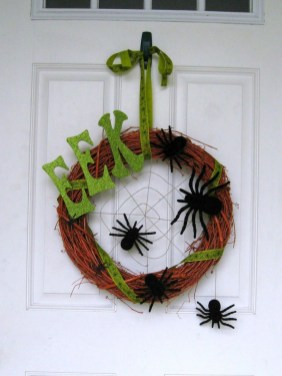 Simple Halloween Wreath Designs For Your Front Door17