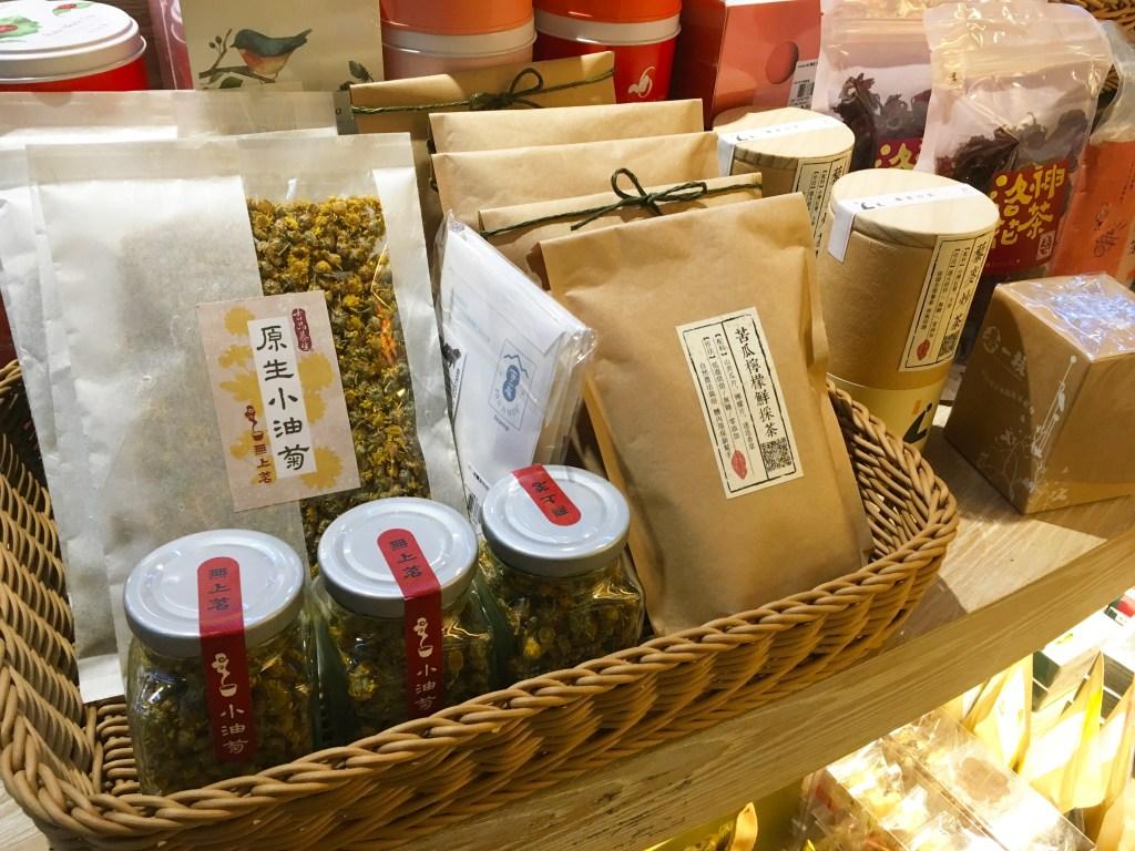 架上的茶葉成罐和包裝展售