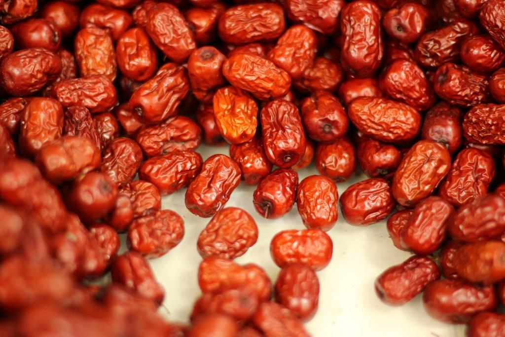 成堆的乾燥過的紅棗乾