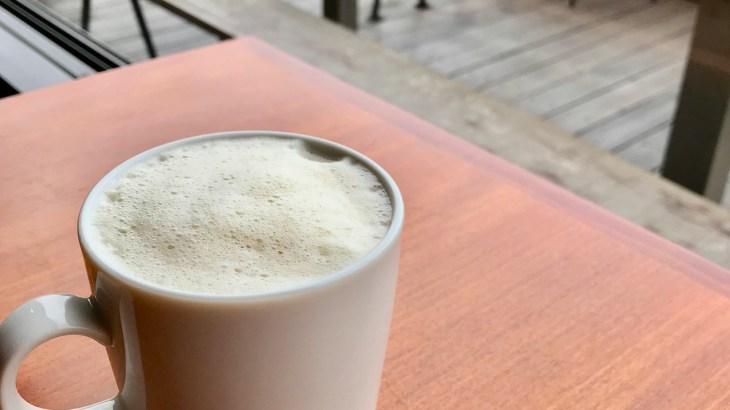 北浜のカフェ「MOUNT」でティーオレ 揚げパンもおいしそう…