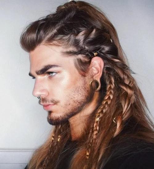Dessin de tresses sur les cheveux longs et la barbe