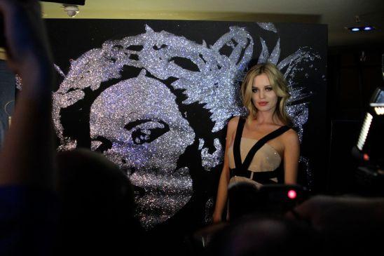 Giorgia May Jagger devant son portrait réalisé à l'instant