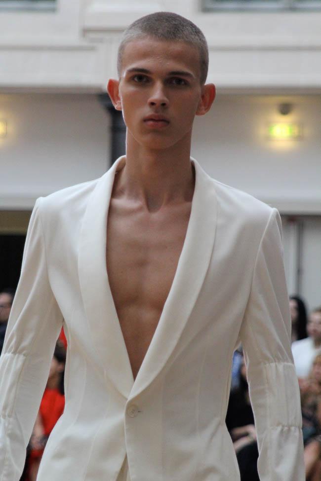 Sean Suen, veste ou chemise col châle couleur crème.