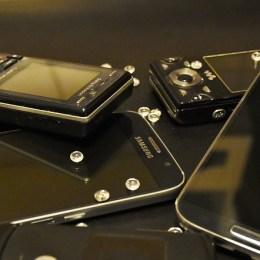 Verschiedene Handys auf dem Tisch
